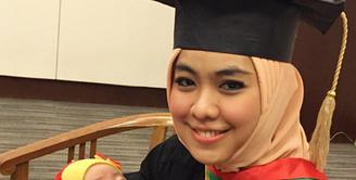 Sebagai ibu dari dua anak dan kesibukannya menjalankan usaha, Oki Setiana Dewi masih terus menyelesaikan kuliah S2-nya. (Instagram/okisetianadewi)