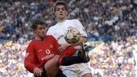 Striker Manchester United, Ole Gunnar Solskjaer mengontrol bola dari kawalan bek Leeds United, Johnathan Woodgate selama bertanding pada 30 Maret 2002. Solskjaer bermain 366 kali untuk MU, dan mencetak 126 gol. (AFP Photo/Paul Barker)