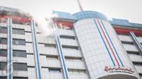 Kepulan asap terlihat dari lantai 14 gedung pusat perbelanjaan Sarinah, Jakarta, Kamis (15/10/2015). Dua orang karyawan sebuah tempat karaoke mengalami luka-luka dalam peristiwa tersebut. (Liputan6.com/Faizal Fanani)