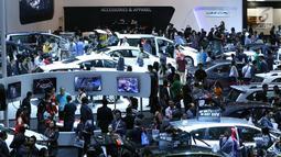 Pengunjung memadati stand pameran mobil pada Indonesia International Motor Show 2018 di JIExpo, Jakarta, Minggu (29/4). Penyelenggara meyakini IIMS 2018 mampu melampaui target transaksi yang ditetapkan Rp3,3 triliun. (Liputan6.com/Helmi Fithriansyah)