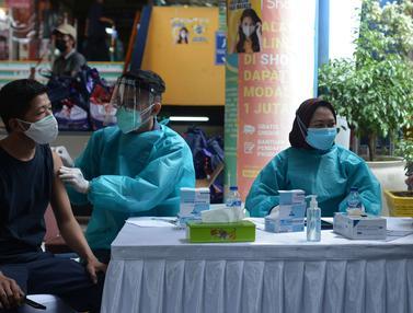 FOTO: Vaksinasi Pedagang Pasar Kramat Jati