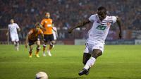 Striker Indonesia, Greg Nwokolo, gagal menyelamatkan klubnya, BEC Tero dari degragasi dari Tahi Premier League. (www.sasana bectero.com)