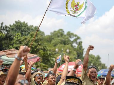 Sejumlah perangkat desa melakukan aksi unjuk rasa di depan Istana Negara, Jakarta, Rabu (27/5/2015). Aksi unjuk rasa ini menuntut segera disahkannya revisi PP 43/2014 yang di antaranya tentang penghapusan sistem tanah bengkok. (Liputan6.com/Faizal Fanani)
