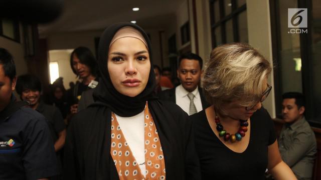 Nikita Mirzani jalani sidang isbat di pengadilan agama Jakarta Selatan agar pernikahannya terdaftar dalam catatan sipil. Setelah itu, ia baru dapat mengajukan gugatan cerai.