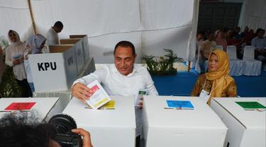 Gubernur Sumut Edy Rahmayadi memasukkan surat suara ke kotak usai mencoblos.