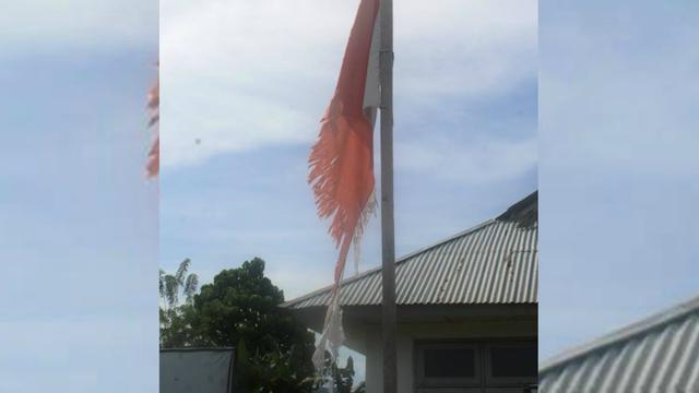 Lusuhnya Kain Bendera di Halaman Instansi Kabupaten Ini