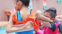 Ilustrasi anak bermain di kolam renang. (dok. unsplash.com/Asnida Riani)