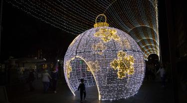 Canary Tenerife, Spanyol (19/12). Menyambut Natal kota Tenerife memasang lampu warna-warni untuk menghiasi sejumlah jalanan. (AFP Photo/Desiree Martin)