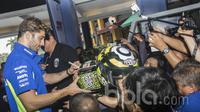 Pebalap MotoGP dari Suzuki Ecstar, Andrea Iannone, menyapa para penggemarnya saat berada di Cilandak Town Square, Jakarta, Sabtu (18/2/2017). (Bola.com/Vitalis Yogi Trisna)