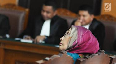 Terdakwa kasus dugaan penyebaran berita bohong Ratna Sarumpaet menjalani sidang lanjutan di PN Jakarta Selatan, Selasa (12/3). Sidang mendengarkan tanggapan JPU atas nota keberatan yang disampaikan pengacara Ratna. (Liputan6.com/Herman Zakharia)