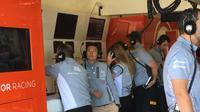 Pebalap cadangan Manor Racing asal Indonesia, Rio Haryanto, bersama kru tim di Circuit of the Americas (COTA) pada pergelaran F1 GP AS di Austin, Texas, 21-23 Oktober 2016. (Bola.com/Twitter/ManorRacing)