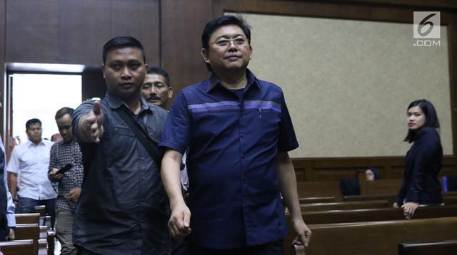 Advokat Lucas (tengah) bersiap menjalani sidang dakwaan di Pengadilan Tipikor, Jakarta, Rabu (7/11). Lucas didakwa menghalangi proses penyidikan KPK terhadap tersangka mantan petinggi Lippo Group, Eddy Sindoro. (Liputan6.com/Helmi Fithriansyah)