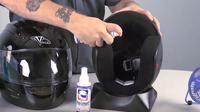 Membersihkan helm (Ilustrasi/layar tangkap)