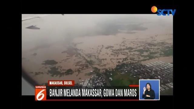 Banjir yang melanda kawasan Makassar, Gowa dan Maros, masih terjadi hingga Rabu (23/1) siang ini. Tidak  hanya permukiman, sejumlah fasilitas umum juga terendam hingga mencapai dua meter.