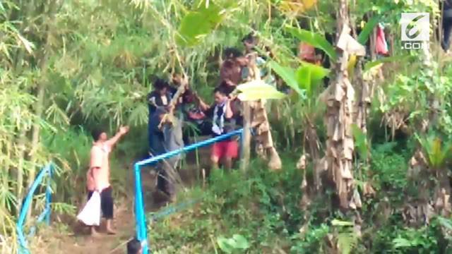 Akibat terlalu asik selfie, kedua wisatawan Curug Nangga tewas setelah terpeleset dan tercebur ke curug.