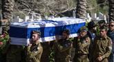 Tentara Israel membawa peti jenazah Sersan Yovel Mor Yosef yang tewas di Ashkelon, Israel, Jumat (14/12). Yosef tewas ditembak pria Palestina di Tepi Barat. (AP Photo/Tsafrir Abayov)