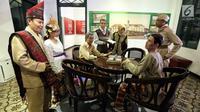Pengunjung mengenakan kostum adat dan pejuang mengamati patung diorama di Museum Sumpah Pemuda, Jakarta, Jumat (27/10). Masyarakat ramai mengunjungi museum ini jelang Hari Sumpah Pemuda ke-89 pada Sabtu 28 Oktober 2017. (Liputan6.com/Faizal Fanani)