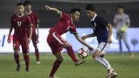 Striker Timnas Indonesia U-19, Hanis Saghara, berusaha melewati pemain Kamboja U-19 pada laga persahabatan di Stadion Patriot, Bekasi, Rabu (4/10/2017). Indonesia menang 2-0 atas Kamboja. (Bola.com/Vitalis Yogi Trisna)