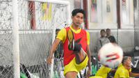 Kapten Arema, Ahmad Alfarizi saat latihan di lapangan futsal sebelum PPKM Darurat. (Iwan Setiawan/Bola.com)