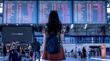 Ilustrasi traveler saat di bandara.