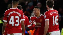 Pemain Manchester United, Jesse Lingard (tengah) merayakan golnya ke gawang Chelsea pada lanjutan Liga Premier Inggris di Stadion Stamford Bridge, London, Senin (8/2/2016) dini hari WIB.   (AFP/Ian Kington)