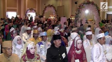 Warga kota Samarinda melaksanakan pernikahan pasal yang diikuti oleh pasangan lansia.