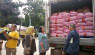 Kementerian Pertanian menggelar operasi pasar untuk produk bawang merah dan bawang putih di Pasar Induk Kramat Jati, Jakarta, Jumat (5/4/2019).