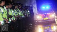 Sejumlah polisi berjaga saat ambulans pembawa jenazah eksekusi mati tiba di dermaga Wijayapura, Cilacap, Jawa tengah,Jumat (29/7). Eksekusi mati tahap tiga terhadap terpidana mati kasus narkoba sudah dilaksanakan. (Liputan6.com/Helmi Afandi)