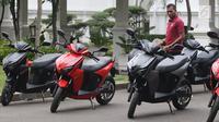 Paspampres mengecek motor Gesits di Halaman Istana Merdeka, Jakarta, Rabu (7/11). Produksi Gesits akan dilakukan di pabrik PT Wika Industri dan Konstruksi di Gunung Putri Bogor dengan kapasitas produksi 50 ribu unit satu tahun. (Liputan6.com/Angga Yuniar)