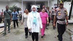 Ketum Bhayangkari, Tri Suswati Tito Karnavian saat tiba di posko pengungsian korban bencana banjir Sentani di Kabupaten Jayapura, Jumat (22/3). Pada kesempatan itu Tri Tito memberikan bantuan untuk para korban banjir. (Liputan6.com/Pool/Humas Mabes Polri)