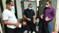 Dua pengedar narkoba jenis sabu yang merupakan jaringan antarkota diciduk Polres Metro Bekasi.  (Liputan6.com/Bam Sinulingga)