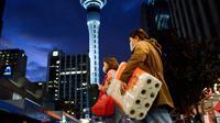 Dua wanita yang mengenakan masker melintas di jalan Kota Auckland, Selandia Baru, Rabu (12/8/2020). Kota terbesar di Selandia Baru, Auckland, pada 12 Agustus 2020 kembali memberlakukan Siaga COVID-19 Level 3 selama tiga hari setelah empat kasus terkonfirmasi pada 11 Agustus 2020. (Xinhua/Li Qiaoq)