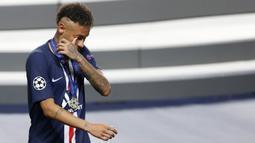 Striker Paris Saint-Germain, Neymar, mengusap air mata usai ditaklukkan Bayern Munchen pada laga final di Stadion The Luz, Portugal, Senin (24/8/2020). Kekalahan ini membuat PSG gagal meraih gelar Liga Champions pertamanya. (AFP/Matthew Childs, Pool)