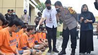 Pengedar narkoba diringkus Polres Sidoarjo. (Dian Kurniawan/Liputan6.com)