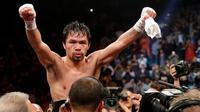 Petinju asal Filipina, Manny Pacquiao merayakan kemenangannya melawan Adrien Broner dalam pertandingan tinju kelas welter WBA di Las Vegas (19/1). Pacquiao  menang lewat kemenangan angka mutlak, 117-111, 116-112, dan 116-112. (AP Photo/John Locher)