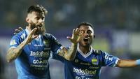 Bek Persib Bandung, Bojan Malisic bersama Ardi Idrus merayakan kemenangan atas Persija Jakarta pada laga Liga 1 di Stadion GBLA, Jawa Barat, Minggu (23/9/2018). Persib menang 3-2 atas Persija. (Bola.com/M Iqbal Ichsan)