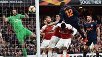 Proses gol Mochtar Diakhaby ke gawang Petr Cech pada leg 1, semifinal Liga Europa yang berlangsung di Stadion Emirates, London, Jumat (3/5). Arsenal menang 3-1 atas Valencia. (AFP/Glyn Kirk)