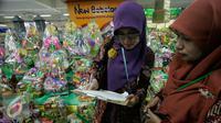 Petugas BPOM DIY ,memeriksa parcel di swalayan Progo,Yogyakarta, Selasa, (7/6/2016).(Liputan6.com/Boy Harjanto)