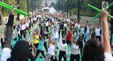 Para peserta mengikuti gerakan instruktur dalam acara Andalan Freshtival Special Kartini Day di GBK Plaza Selatan Senayan, Jakarta, Minggu (21/4). Acara yang diikuti oleh ratusan perempuan tersebut diadakan dalam rangka memeringati Hari Kartini. (Liputan6.com/Immanuel Antonius)