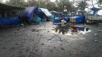 WARUNG RUSAK: Warung di kawasan objek wisata Pantai Suwuk rusak akibat dihantam gelombang pasang, Kamis (19/7/2018). (Foto: Liputan6.com/ suaramerdeka.com/Supriyanto)