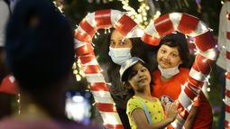 Para pengunjung berpose untuk berfoto dengan dekorasi Natal di Yangon, Myanmar (10/12/2020). Berbagai dekorasi hingga akseoris dipasang untuk menyambut Natal di kota tersebut. (Xinhua/U Aung)