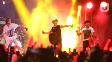 Boyband asal Korea Selatan, iKON menghibur penonton pada festival musik GUDFEST 2019 hari pertama di Helipad Parking Ground, Senayan, Sabtu (2/11/2019). Kehadiran iKON dalam GUDFEST merupakan yang pertama setelah Hanbin atau B.I memutuskan hengkang. (Fimela.com/Bambang E. Ros)