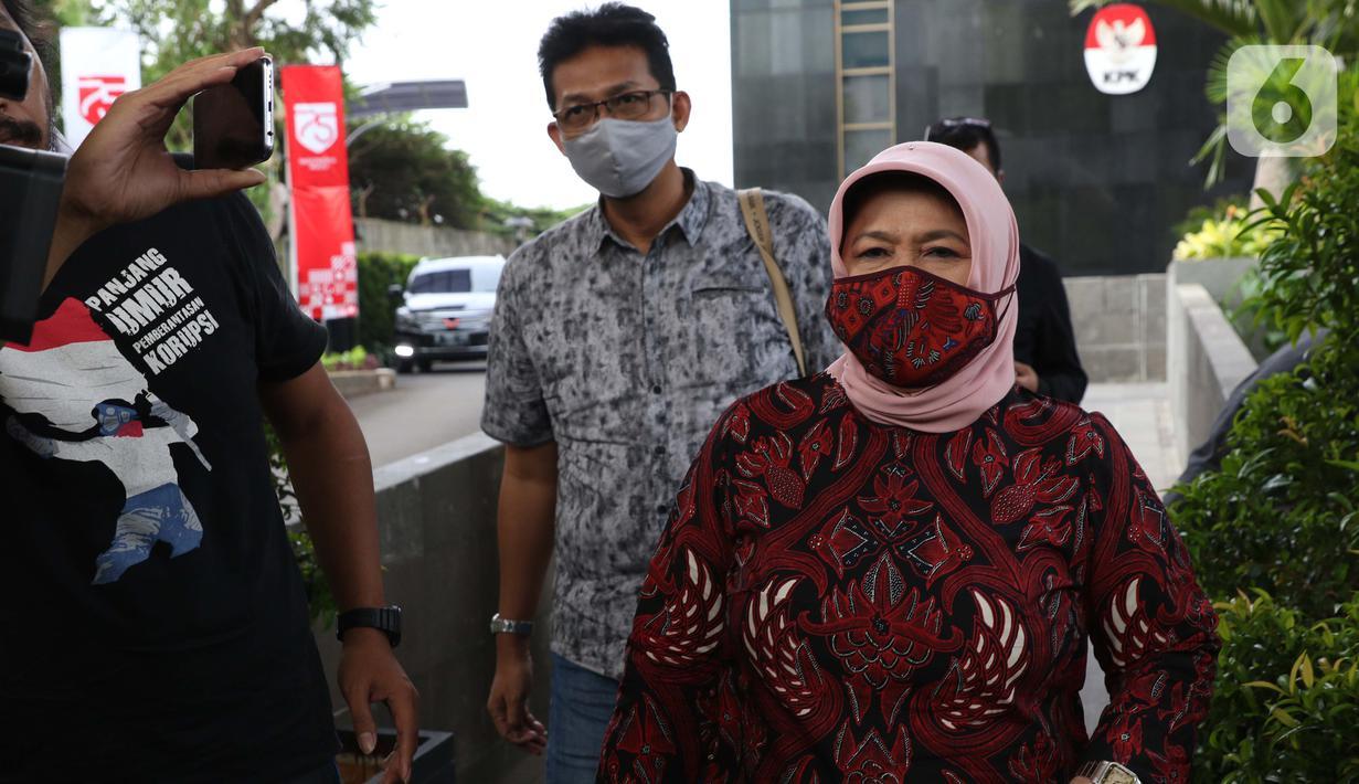 Mantan Bupati Bogor, Nurhayanti (kanan) meninggalkan gedung KPK usai menjalani pemeriksaan, Jakarta, Selasa (14/7/2020). Nurhayanti diperiksa sebagai saksi dalam kasus korupsi pemotongan uang dan gratifikasi yang dilakukan eks Bupati Bogor Rachmat Yasin. (Liputan6.com/Helmi Fithriansyah)