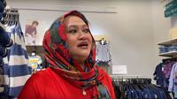 Setelah makan, Lina pun menemani anak-anaknya untuk berbelanja pakaian. Meski kedua orangtuanya telah bercerai, anak-anak pun masih seperti dulu, tetap sayang. (YouTube @Putri Delina)