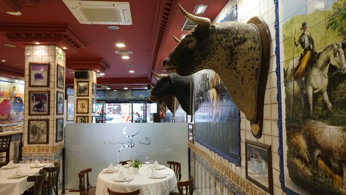 Kepala banteng yang terdapat di restoran La Taurina didapat dari arena matador. (Marco Tampubolon/Liputan6.com)