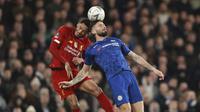 Striker Chelsea, Olivier Giroud, duel udara dengan bek Liverpool, Joe Gomez, pada laga Piala FA di Stadion Stamford Bridge, Selasa (3/3/2020). Chelsea menang 2-0 atas Liverpool.(AP/Ian Walton)