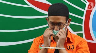 Artis Rifat Umar dihadirkan dalam rilis kasus penyalahgunaan narkoba di Polda Metro Jaya, Jakarta, Jumat (4/10/2019). Rifat Umar diciduk polisi di kawasan Bintaro pada Rabu (2/10) dengan barang bukti bukti ganja seberat total 17362 gram. (Liputan6.com/Herman Zakharia)