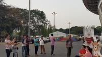 Pengunjung SUGBK domestik dan internasional rela mengantri untuk berfoto dengan trio maskot Asian Games 2018 Bhin-bhin, Kaka, dan Atung di wilayah Stadion Utama Gelora Bung Karno (SUGBK) (Bola.com/Zulfirdaus Harahap)