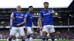 Striker Everton, Dominic Calvert-Lewin, melakukan selebrasi usai membobol gawang Manchester United pada laga Premier League di Stadion Goodison Park, Minggu (1/3/2020). Kedua tim bermain imbang 1-1. (AP/Jon Super)