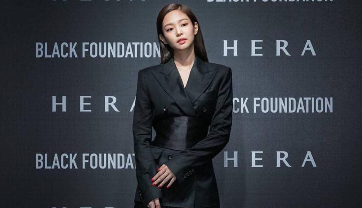 Bukan hanya jadi ambassador Chanel, Jennie BLACKPINK juga menjadi wajah baru kosmetik HERA. Ia tampil menawan dengan setelan jas hitam serta ikat pinggang jenis obi belt. (Liputan6.com/IG/@jennierubyjane)